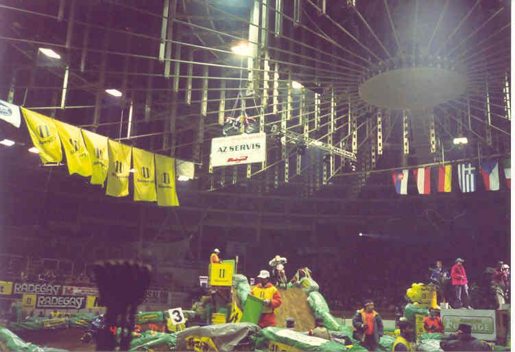 Zavěšení osvětlení a ozvučení v hale Rondo